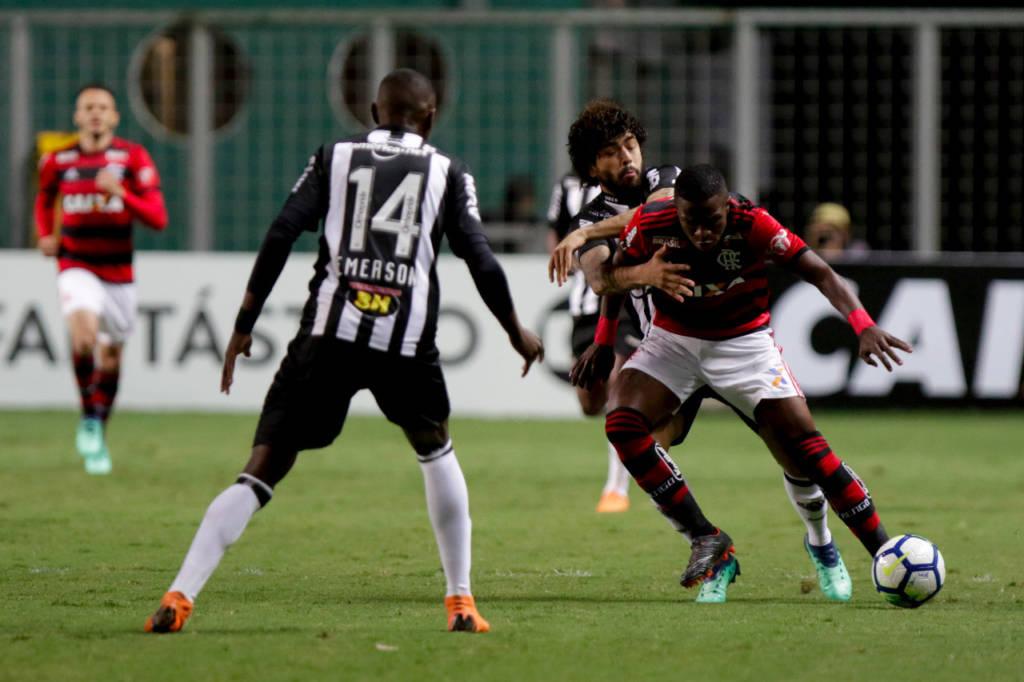 Flamengo segura pressão, vence o Galo no Horto e assume a liderança