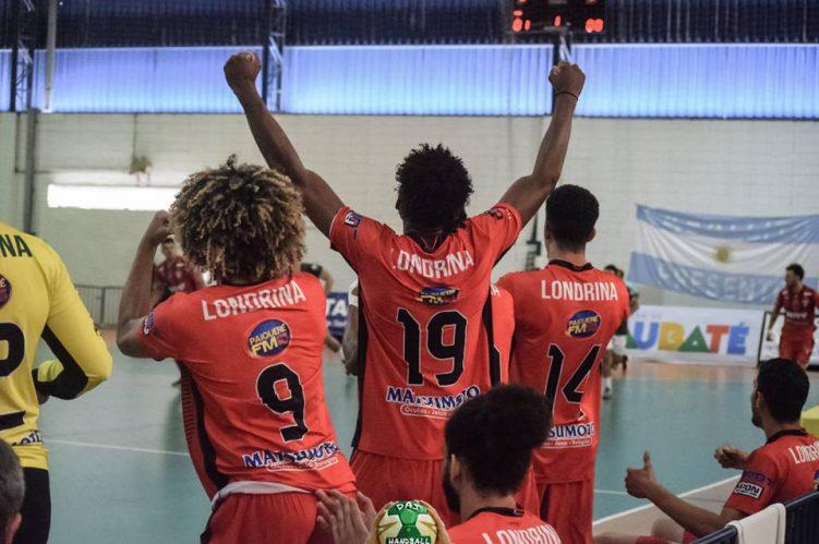 Comemoração dos jogadores do banco da equipe de handebol de Londrina