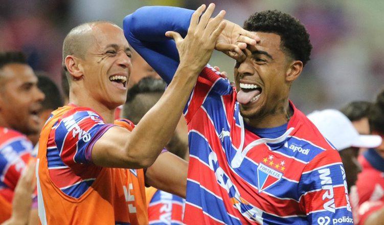 Jogador Gustavo do Fortaleza em comemoração da vitoria conta o time Boa Esporte