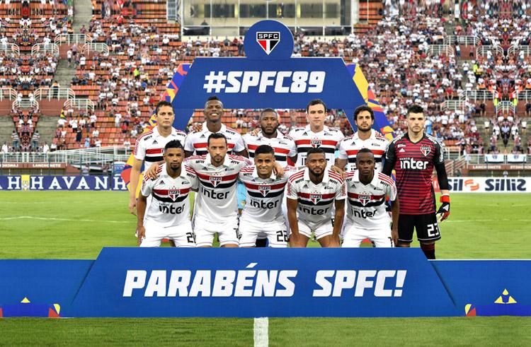 foto dos jogadores perfilados do time São Paulo Futebol Clube