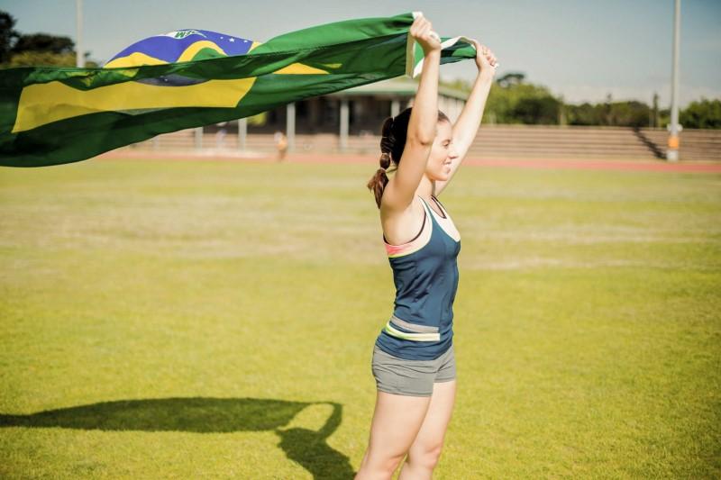 Torcedora brasileira aguardando as Olimpíadas 2020