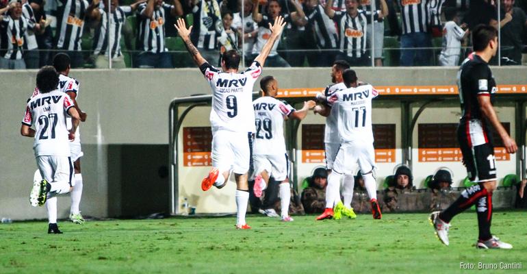 Golaço de Carioca no fim classifica o Galo na Libertadores